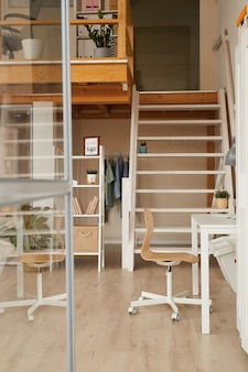 木製の装飾が施されたモダンなミニマルなデザインのホームオフィスデスク