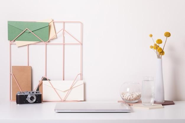 Интерьер стол домашнего офиса. вид спереди стильный макет рабочего места.