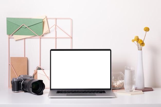 Интерьер стол домашнего офиса. стильное рабочее место с фотоаппаратом, вид спереди макет.