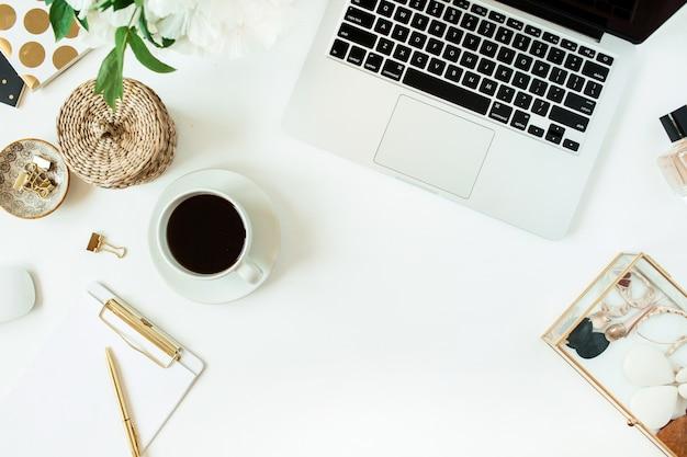 Рабочий стол стол домашнего офиса с ноутбуком и кофе на белом