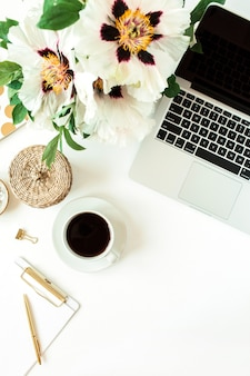 白のラップトップとコーヒーとホームオフィスの机のテーブルのワークスペース