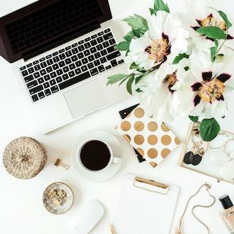 Рабочий стол стол домашнего офиса с ноутбуком и цветами на белом