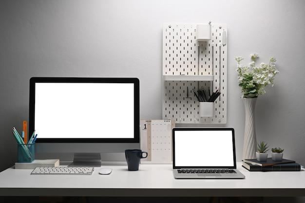 홈 오피스 데스크, 클리핑 경로 레이어와 창의적인 작업 공간에 두 모니터 pc 및 노트북 컴퓨터.