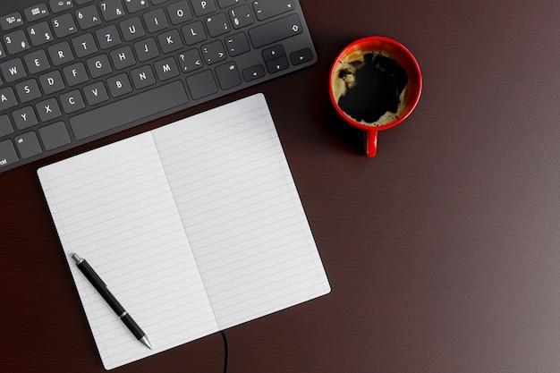 Стол домашнего офиса с тетрадью, ручкой, клавиатурой и красной кофейной чашкой на деревянной таблице. вид сверху плоская планировка с копией пространства.