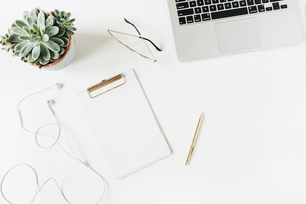 空白のコピースペースクリップボード、ラップトップ、ヘッドフォン、メガネ、白地にジューシーなホームオフィスデスクワークスペース