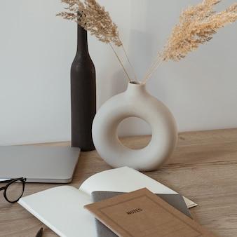 ノートパソコン、ノートブック、メガネを備えたホームオフィスデスクワークスペース