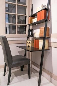 Интерьер домашнего офиса в чердачном пространстве с белыми кирпичными стенами. уютное рабочее место