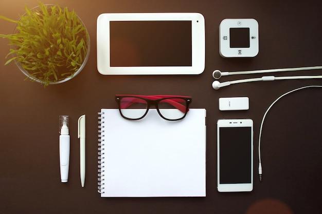 ホームオフィス。ヴィンテージ茶色の背景に白い文房具の要素のセットです。ブランディングテンプレート空白の文房具の写真。デザインのモックアップ。