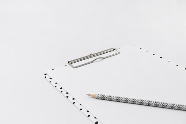 클립 보드와 pensil 홈 오피스 화이트 책상.