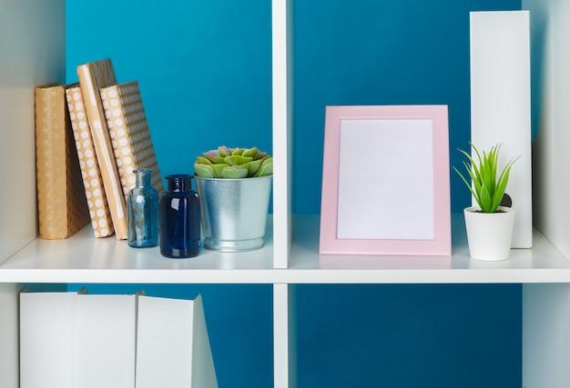 ホームオフィスの作業スペース。付属品の白い棚