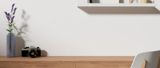 Рабочее пространство домашнего офиса с камерой, вазой для цветов, полкой и местом для копирования на столе,