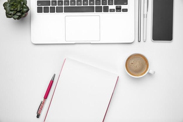 ホームオフィスのワークスペース、消耗品とテクノロジーを備えたコピースペース
