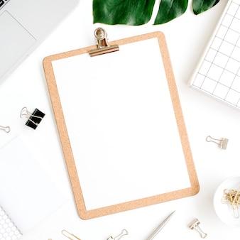 Макет рабочего пространства домашнего офиса с ноутбуком, буфером обмена, пальмовым листом, блокнотом и аксессуарами