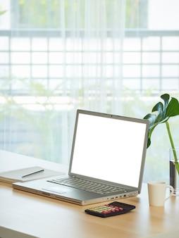 Рабочее пространство домашнего офиса с ноутбуком на столе дома