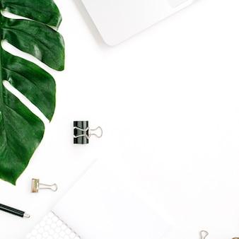 ヤシの葉とアクセサリーを備えたホームオフィスのワークスペース