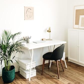 テーブル、椅子、手のひらとホームオフィスのワークスペース