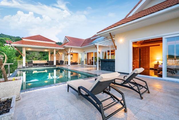 太陽のベッド付きのトロピカルプールヴィラを示す家または家の外観デザイン
