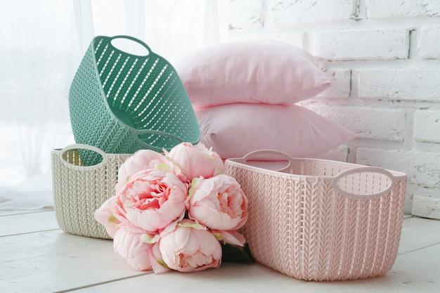 Домашние органайзеры цветные корзины на белом столе