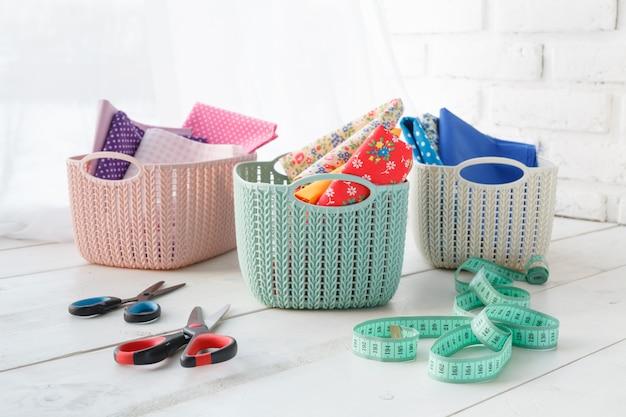 Домашние органайзеры цветные корзины с аксессуарами ручной работы на столе