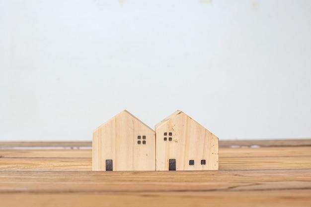 家を守る保険のコンセプト、木造住宅、家族の家