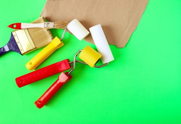 Инструменты для ремонта дома. пенные валики и синтетические кисти для окраски стен крупным планом.