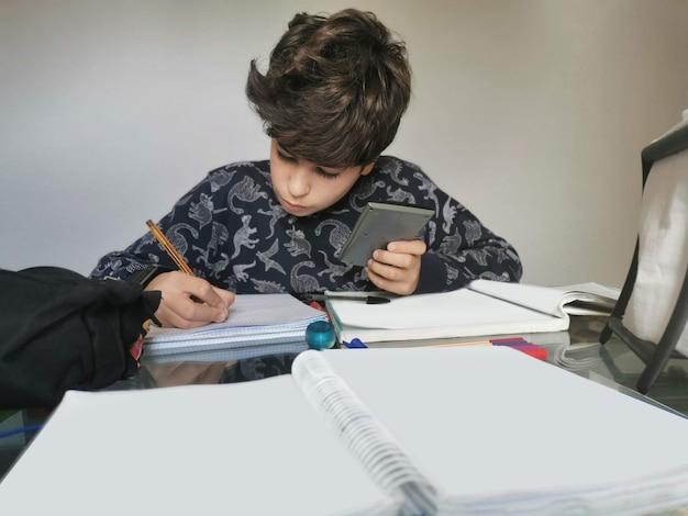 홈 장면입니다. covid 19의 시대. 아이가 적용하고 진지하게, 숙제를하고주의 깊게 읽기