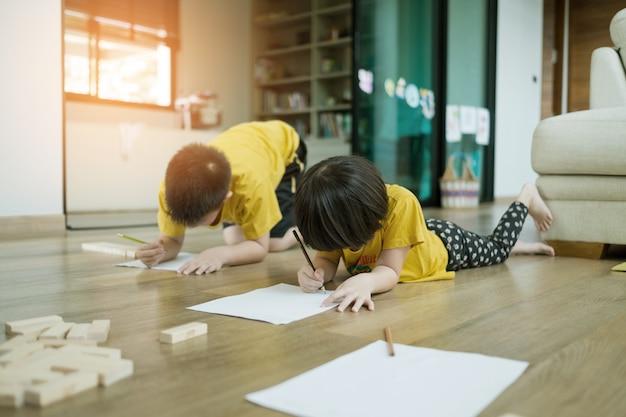 ホームスクール、宿題をしている子供、子供が紙を書く、時間、教育の概念を学ぶ