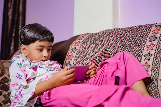 홈 스쿨링 아시아 어린 소녀 학생 가상 인터넷 온라인 수업 학습