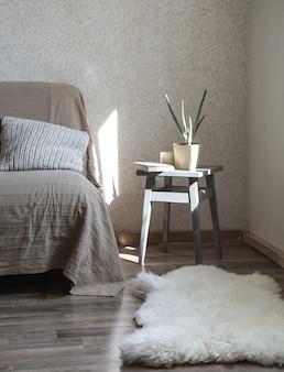 거실에 아늑한 장식의 물건이있는 가정용 소파