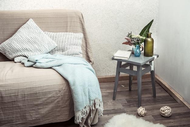 リビングルームに居心地の良い装飾のオブジェクトとホームソファ
