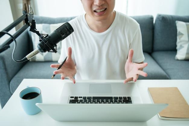家庭用録音スタジオと、プロのコンデンサーマイク、ヘッドフォン、オーディオミキシング用のラップトップコンピューターなどの機器。自宅のデジタルオーディオ録音スタジオ。