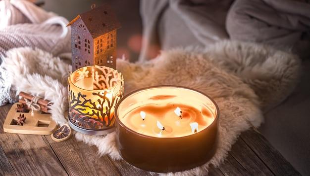아늑한 가정 장식의 배경에 아름다운 촛불이있는 인테리어의 가정 정물