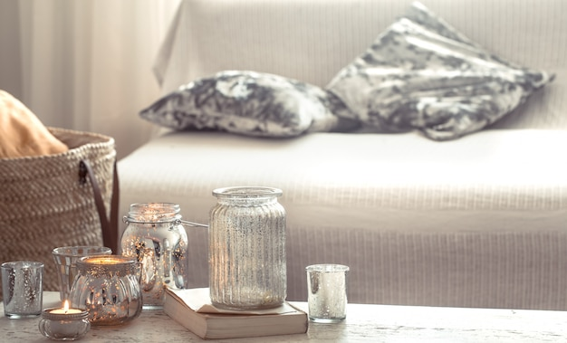 キャンドルと花瓶のリビングルームのある家の静物