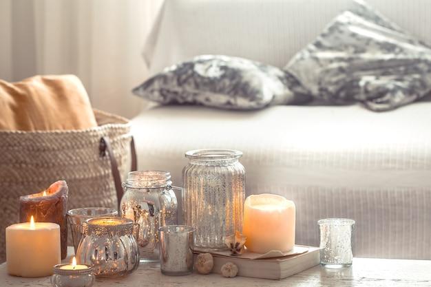 リビングルームにキャンドルと花瓶のある家の静物