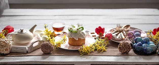 부활절 휴가를위한 홈 테이블 설정입니다. 가족 휴가 및 장식의 개념.