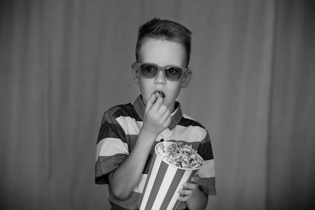 홈 시어터. 빈티지 영화 안경에 귀여운 아이입니다. 엔터테인먼트 개념. 빈티지 흑백 사진