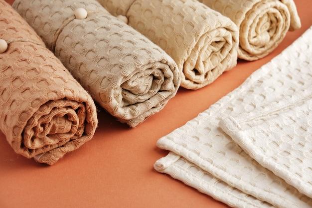 파스텔 색조의 천연 모슬린으로 만든 가정용 수건. 자연스럽고 부드럽고 세련된 홈 텍스타일. 전면보기. 매크로 촬영.