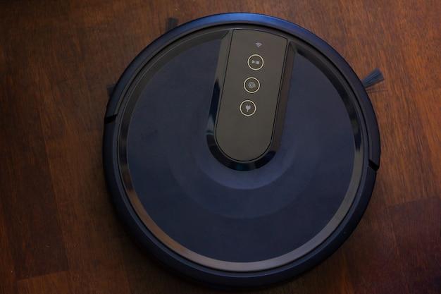 家庭用自動掃除ロボット床に黒い掃除機上からスマート充電式機械