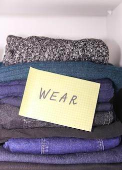 さまざまな衣類を揃えたホームワードローブ。季節の衣類の仕分け。小さな宇宙組織。