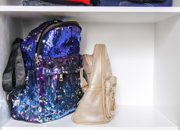 유행 책가방을 가진 가정 옷장. 작은 공간 조직.