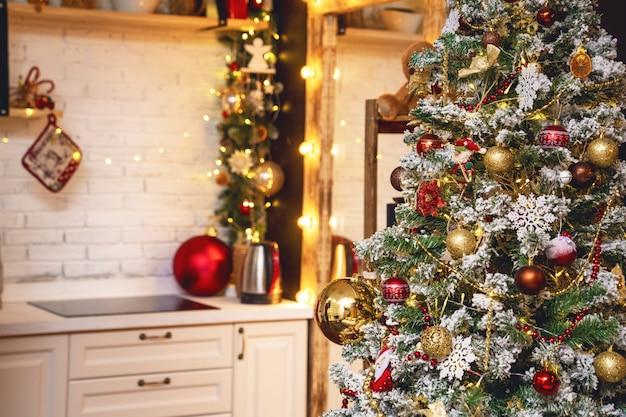 クリスマスツリーとお祝いボケ照明が付いている家