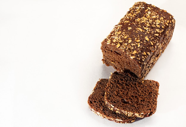 Домашний хлеб. каша без глютена с семенами и кунжутом. темный фон. скопируйте пространство.