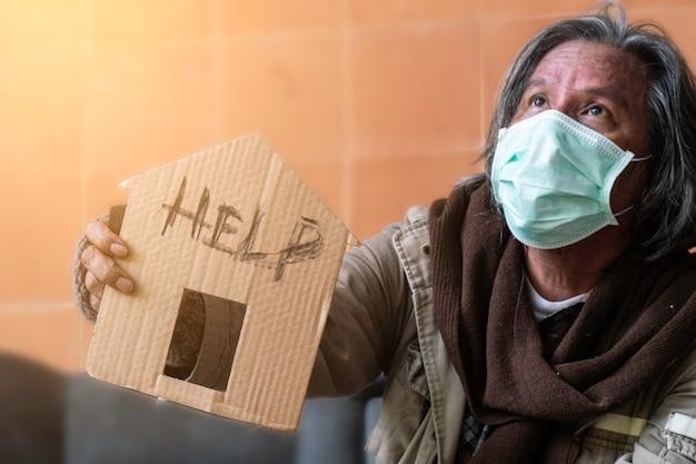 Бездомный и голодающий. старший мужчина обратился за помощью.