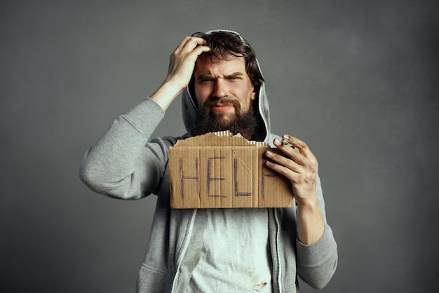 ホームレスのひげを生やした男はお金の感情を求めます