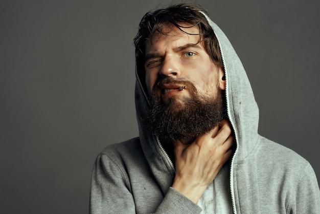 기호를 들고 노숙자 수염된 남자 도움 라이프 스타일 재정 문제
