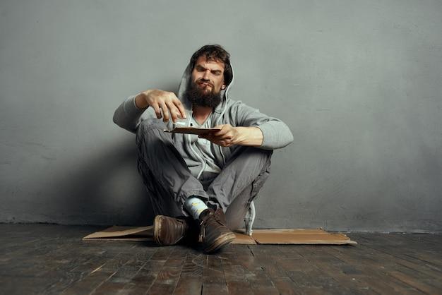 돈 문제를 구걸 하는 지구에 노숙자 수염된 남자