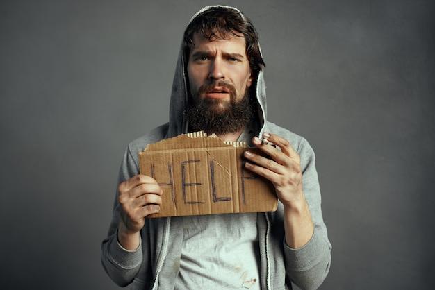 담배 기호 도움으로 노숙자 수염된 남자 부랑자