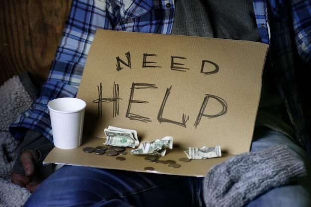 ホームレスの男性が助けを求める