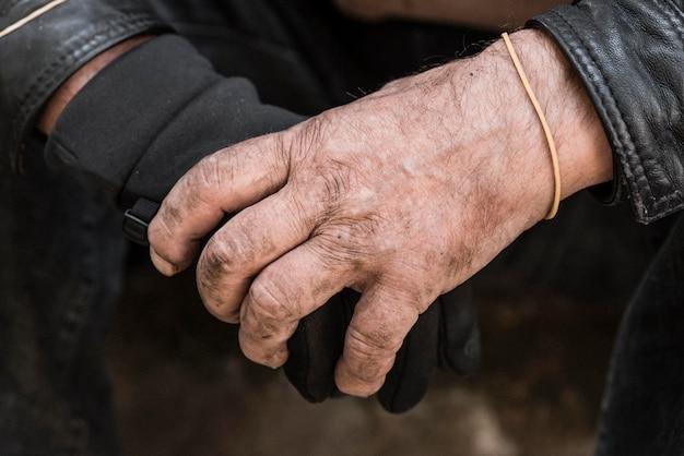 手をつないでいるホームレスの男性