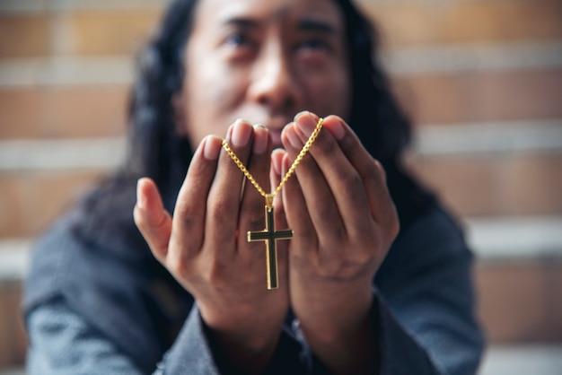 人々の貧困乞食男を助けるために神に祈るホームレスの男